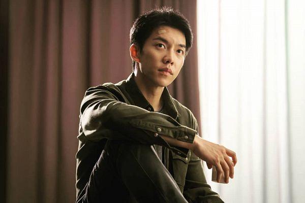 Tags: K-Drama, Lee Seung-gi, Bent Knees, Cup, Sitting, Green Shirt, Glass (Cup), Looking Up, Curtain, Window, Bandaid, Vagabond