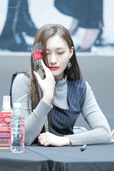 Tags: K-Pop, Dreamcatcher, Lee Siyeon, Flower, Gray Shirt, Black Outfit, Water, Korean Text, Sitting On Chair, Pen, Bottle, Eyes Closed