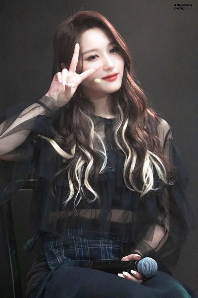 Tags: K-Pop, Dreamcatcher, Lee Siyeon, Midriff, Dark Background, Black Pants, Red Lips, Looking Away, Black Background, V Gesture