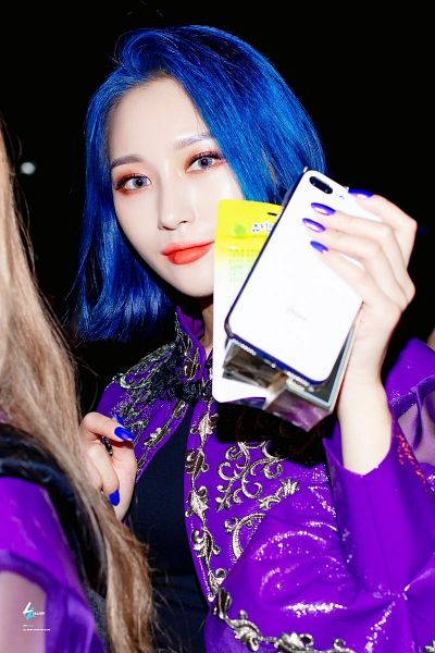 Tags: K-Pop, Dreamcatcher, Lee Siyeon, Black Shirt, Nail Polish, Purple Outerwear, Night, Blue Hair, Blue Eyes, Black Background, Medium Hair, Phone