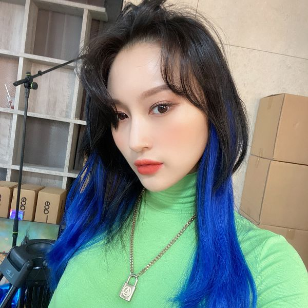 Tags: K-Pop, Dreamcatcher, Lee Siyeon, Multi-colored Hair, Necklace, Green Shirt, Blue Hair