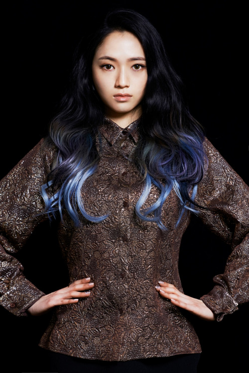 Tags: K-Pop, Lee So-jung, Multi-colored Hair, Hand On Hip, Dark Background, Black Background