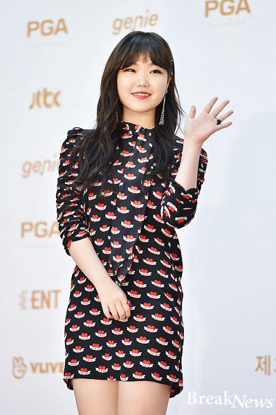 Tags: YG Entertainment, K-Pop, Akdong Musician, Lee Suhyun, Ring, Short Dress, Looking Ahead, Black Dress, Wave, Black Outfit, Red Carpet, Blunt Bangs