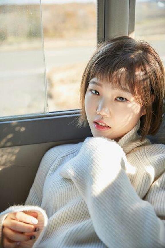 Tags: YG Entertainment, K-Pop, Akdong Musician, Lee Suhyun, Car, Nail Polish, Make Up, Blue Shirt, Sweater