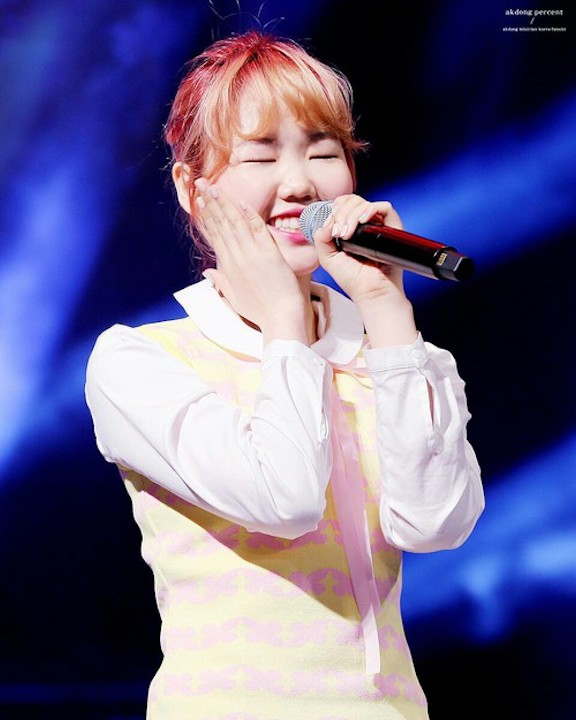 Tags: YG Entertainment, K-Pop, Akdong Musician, Lee Suhyun, Ponytail, Yellow Outfit, Eyes Closed, Yellow Dress, Red Hair, Hair Up, Live Performance