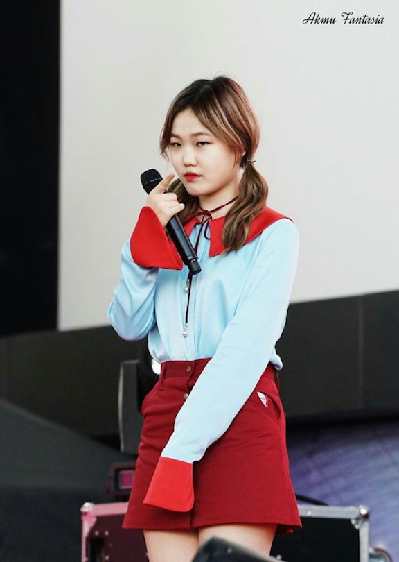 Tags: YG Entertainment, K-Pop, Akdong Musician, Lee Suhyun, Red Lips, Necklace, Black Eyes, Twin Tails, Blue Shirt, Skirt, Red Skirt, Live Performance