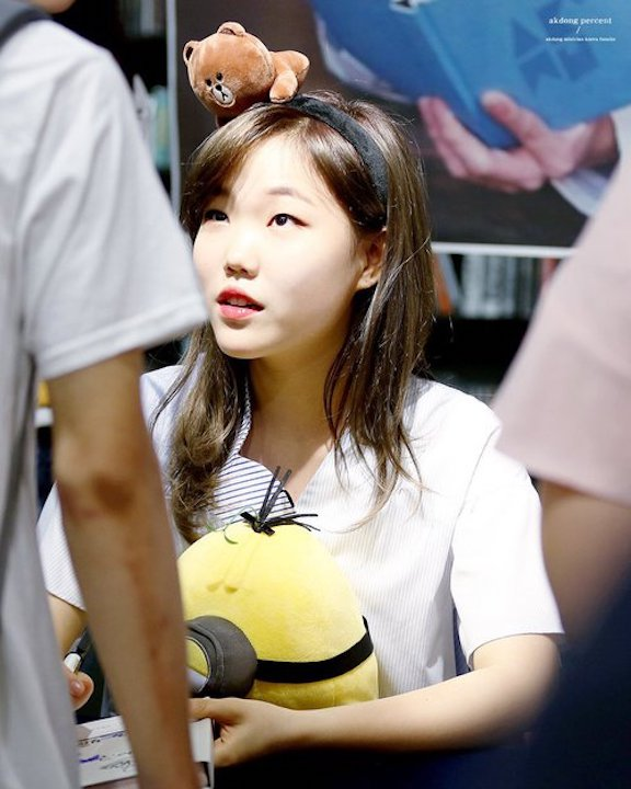 Tags: YG Entertainment, K-Pop, Akdong Musician, Lee Suhyun, Looking Ahead, Looking Up, Stuffed Toy, Black Eyes, Minions, Stuffed Animal, Hairband, Fansigning Event