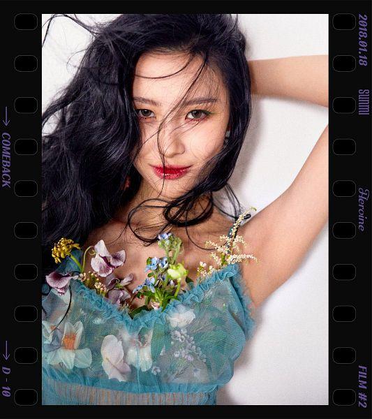 Tags: MAKEUS Entertainment, K-Pop, Heroine, Lee Sunmi, Light Background, Blue Shirt, White Background, Text: Calendar Date, Sleeveless, Text: Artist Name, English Text, Flower