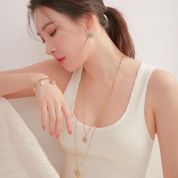 Tags: K-Pop, Lee Sunmi, Ponytail, Necklace, Light Background, Bare Shoulders, Bracelet, Cleavage, White Background, Nail Polish, Suggestive, Tank Top