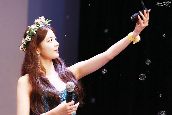 Tags: Itzy, Lia, Blue Shirt, Bracelet, Looking Away, Flower, Bubbles, Camera, Looking Up, Crown, Flower Crown, Microphone