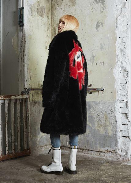 Tags: YG Entertainment, K-Pop, Black Pink, Lisa, Boots, Blunt Bangs, White Footwear, Fur Coat, Fur, Back, Coat, Fur Trim