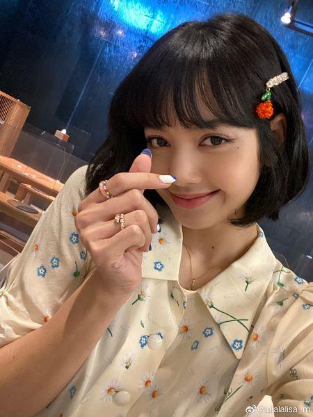 Tags: K-Pop, Black Pink, Lisa, Floral Print, Ring, Nail Polish, Heart Gesture, Hair Clip, Hair Ornament, Make Up, Floral Shirt