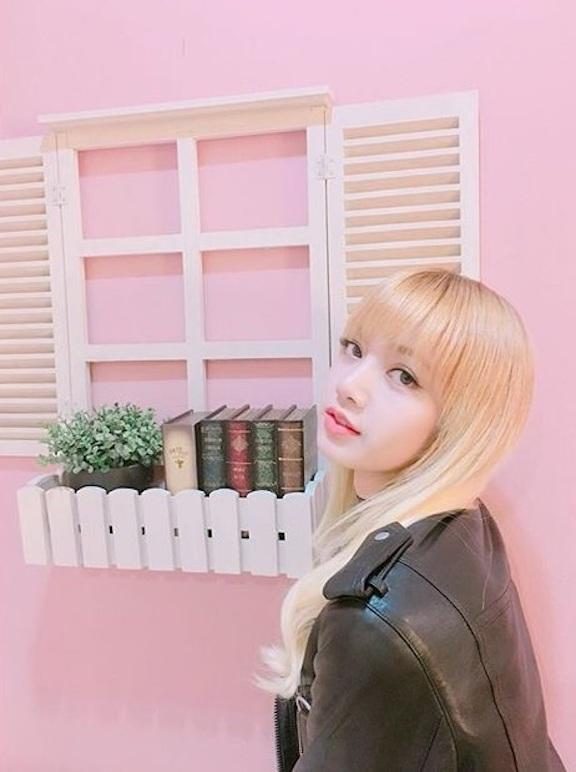 Tags: YG Entertainment, K-Pop, Black Pink, Lisa, Black Jacket, Black Outerwear, Blunt Bangs, Blonde Hair, Pink Background, Leather Jacket, Instagram