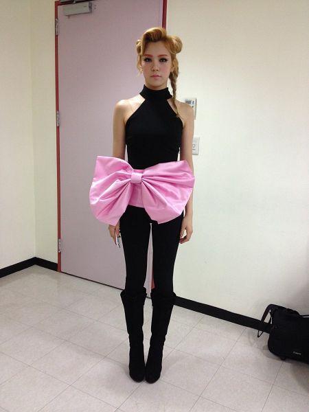 Tags: K-Pop, After School, Lizzy, Black Pants, Sleeveless Shirt, Sleeveless, Black Footwear, Hair Up, Ponytail, Bare Shoulders, Bag, Light Background
