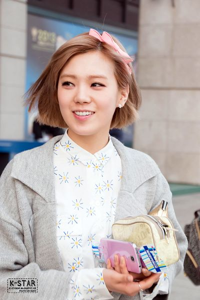 Tags: K-Pop, After School, Lizzy, Floral Print, Gray Jacket, Ring, Gray Outerwear, Hair Bow, Hair Ornament, Looking Away, Pink Headwear, Medium Hair