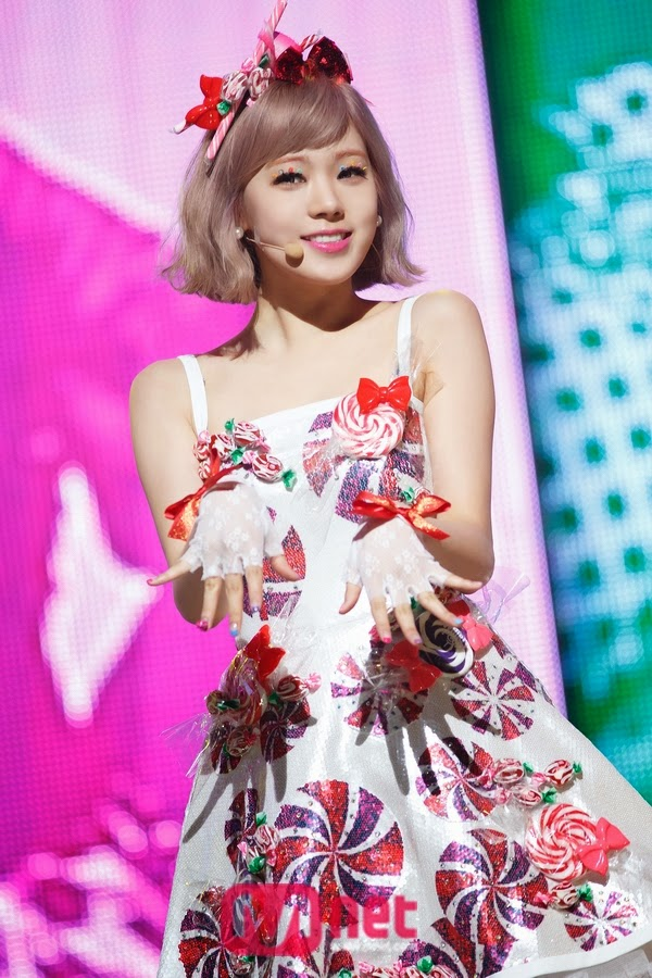 Tags: K-Pop, After School, Lizzy, Sleeveless, Bare Shoulders, Red Headwear, Gloves, Sleeveless Dress, White Outfit, Hair Ornament, White Dress, Fingerless Gloves