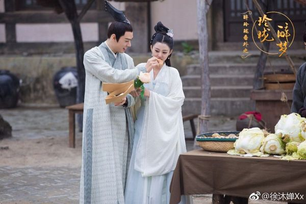 Tags: C-Drama, Xu Muchan, Gong Jun, Traditional Clothes, Couple, White Outfit, Chinese Text, White Dress, Eating, Food, Chinese Clothes, Duo