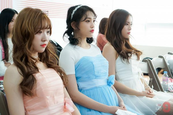 Tags: YG Entertainment, K-Pop, Television Show, Im Jung-min, Kim Da-yoon, Yoo Jin-kyung, Duo, Sleeveless, Blue Dress, Bare Shoulders, Wavy Hair, Korean Text
