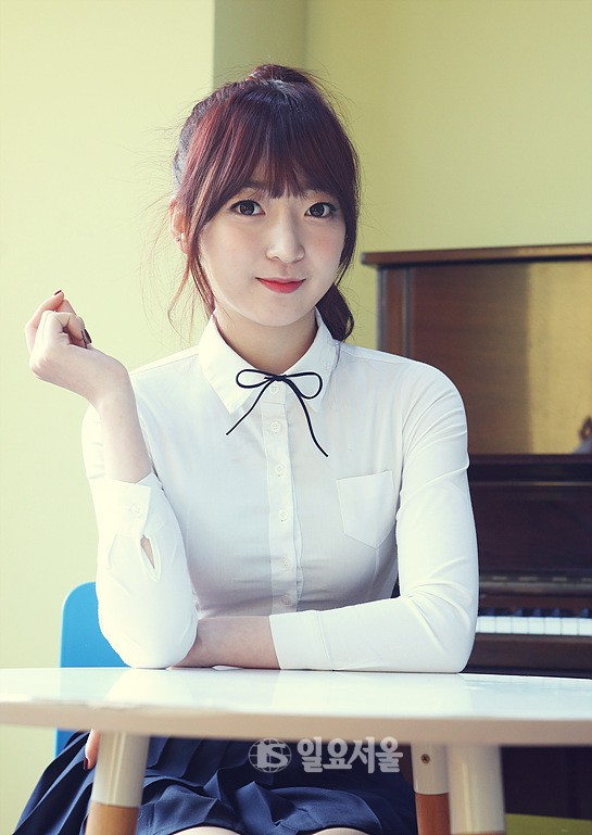 Tags: K-Pop, Bloomy, Ma Seo-yeon, Ponytail, Piano, Skirt, Table, Black Skirt, Pleated Skirt, Blunt Bangs, Musical Instrument