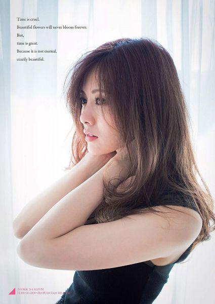 Tags: J-Pop, Nogizaka46, Mai Shiraishi, Light Background, White Background, Bare Shoulders, Side View, Black Shirt, Sleeveless, Looking Ahead, English Text, Sleeveless Shirt