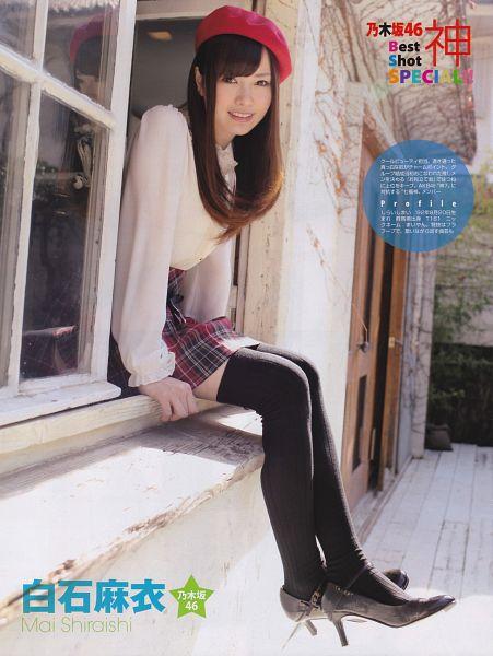 Tags: J-Pop, Nogizaka46, Mai Shiraishi, Black Legwear, High Heels, Black Footwear, Checkered, Hat, Japanese Text, Red Skirt, Red Headwear, Skirt