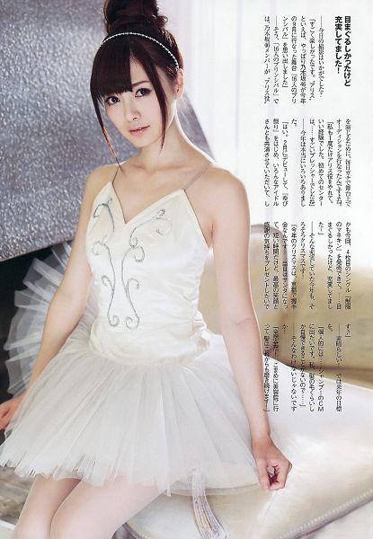 Tags: J-Pop, Nogizaka46, Mai Shiraishi, White Legwear, Pantyhose, Japanese Text, White Outfit, Bare Shoulders, Hair Up, Hairband, White Dress, Sleeveless Dress