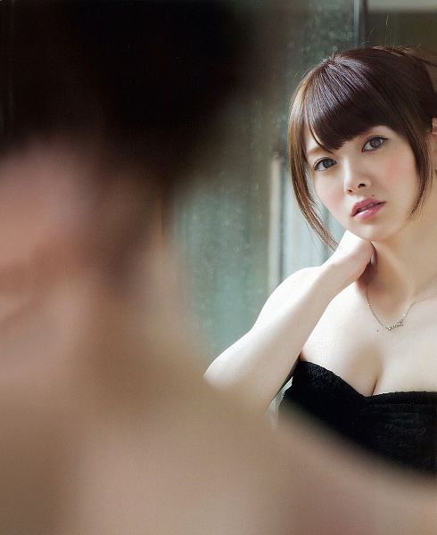 Tags: J-Pop, Nogizaka46, Mai Shiraishi, Necklace, Sleeveless Dress, Cleavage, Suggestive, Reflection, Black Outfit, Bare Shoulders, Black Dress, Hand On Neck