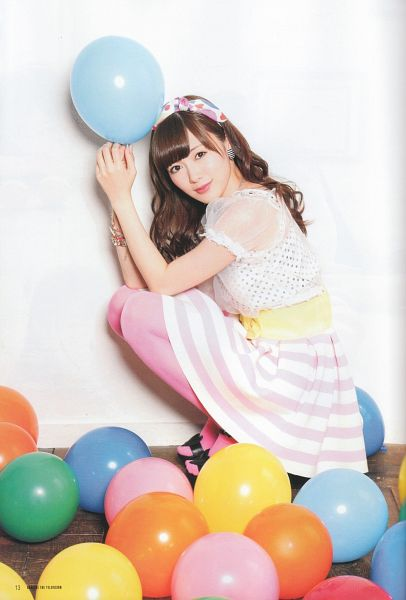 Tags: J-Pop, Nogizaka46, Mai Shiraishi, White Headwear, Midriff, Balloons, Spotted, High Heels, Striped Skirt, Light Background, Crouching, Spotted Bow