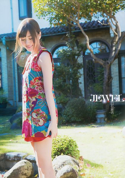 Tags: J-Pop, Nogizaka46, Mai Shiraishi, Laughing, Bare Shoulders, Shorts, Looking Down, Ponytail, Bare Legs, Outdoors, Medium Hair, Japanese Text