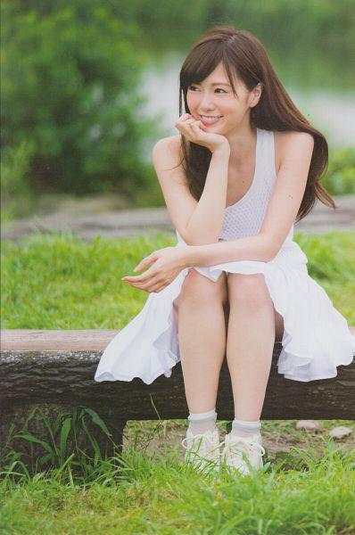 Tags: J-Pop, Nogizaka46, Mai Shiraishi, Chin In Hand, Looking Away, Sleeveless Dress, Sneakers, Grass, Sleeveless, Laughing, Bare Shoulders, Shoes