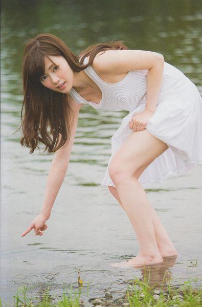 Tags: J-Pop, Nogizaka46, Mai Shiraishi, Holding Skirt, Outdoors, Sleeveless, Sleeveless Dress, White Outfit, Bend Over, Water, Pointing, Lifting Skirt