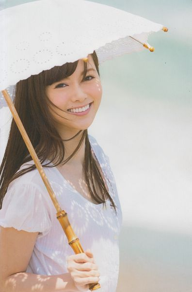 Tags: J-Pop, Nogizaka46, Mai Shiraishi, Laughing, Umbrella, Light Background, White Background, Short Sleeves, Holding Object, Android/iPhone Wallpaper