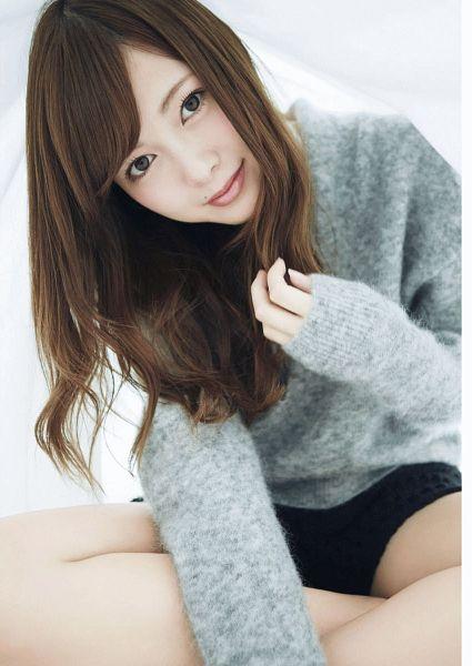 Tags: J-Pop, Nogizaka46, Mai Shiraishi, Bare Legs, Close Up, Gray Shirt, Sitting, Wavy Hair, Magazine Scan, Scan, Big Comic Sprits