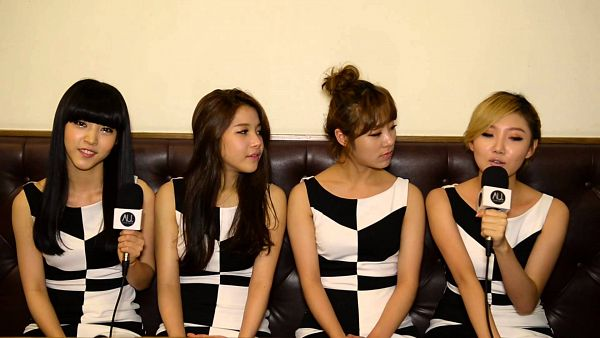Tags: K-Pop, Mamamoo, Wheein, Moonbyul, Solar, Hwasa, Couch, Eyes Half Closed, Looking At Another, Quartet, Four Girls, Sitting On Couch