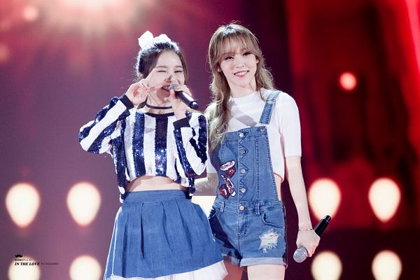 Tags: K-Pop, Mamamoo, Moonbyul, Solar, Eyes Half Closed, Striped Shirt, Denim Skirt, Two Girls, Overalls, Midriff, Bow, V Gesture