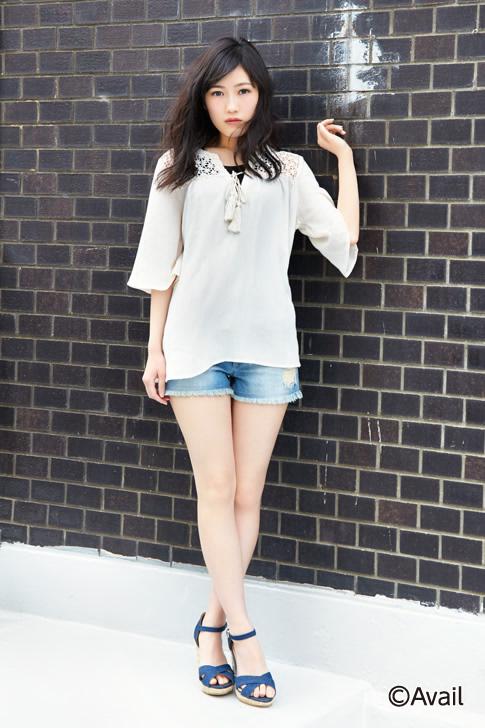 Tags: J-Pop, AKB48, Mayu Watanabe, Jeans, Brick Background, Dark Background, High Heels, Crossed Legs (Standing), Denim Shorts, Black Background, Blue Footwear, Shorts