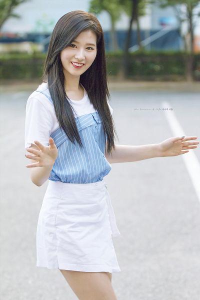 Tags: JYP Entertainment, K-Pop, Twice, Minatozaki Sana, Striped, Walking, White Skirt, Wave, Short Sleeves, Skirt, Striped Shirt