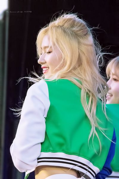Tags: JYP Entertainment, K-Pop, Twice, Minatozaki Sana, Blonde Hair, Wavy Hair, Multi-colored Jacket, Back, Green Outerwear, Live Performance