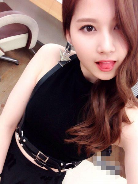 Tags: K-Pop, Twice, Sixteen, Minatozaki Sana, Bare Shoulders, Midriff, Sleeveless Shirt, From Above, Black Skirt, Tongue, Sleeveless, Looking Up