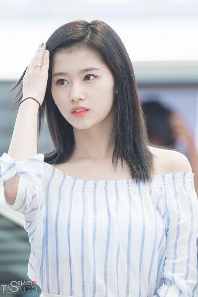Tags: K-Pop, Twice, Minatozaki Sana, Striped, Hand In Hair, Nail Polish, Ring, Make Up, Looking Away, Medium Hair, Bare Shoulders, Striped Shirt