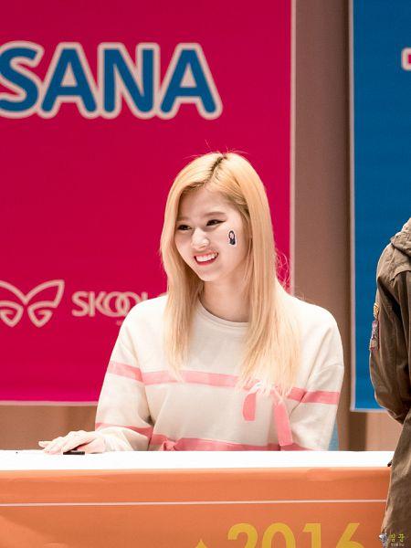 Tags: K-Pop, Twice, Minatozaki Sana, Text: Artist Name, Bow, Striped Shirt, Pink Bow, Sitting On Chair, Striped, Looking Away, Korean Text, Chair