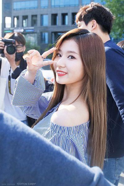 Tags: K-Pop, Twice, Minatozaki Sana, Striped Shirt, Bare Shoulders, Ring, Striped, V Gesture, Outdoors, Blue Shirt