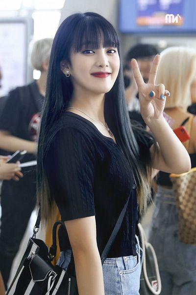 Tags: K-Pop, (G)-I-DLE, Minnie, Jeans, Purse, Black Shirt, Nail Polish, Bag, V Gesture, Red Lips, Necklace, Buttons