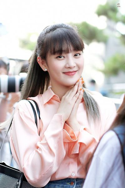 Tags: K-Pop, (G)-I-DLE, Minnie, Nail Polish, Bag, Hair Up, Collar (Clothes), Ponytail, Buttons, Pink Shirt, Purse, Make Up