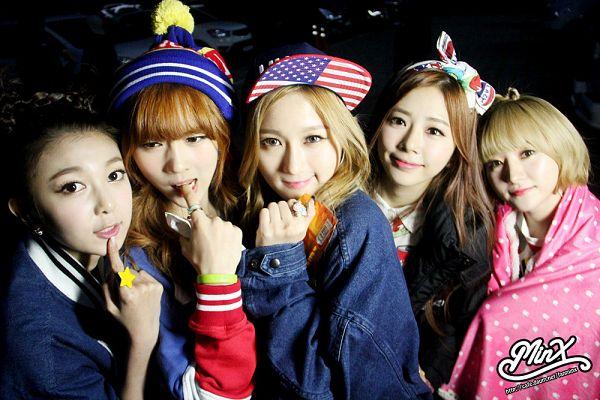 Tags: K-Pop, Dreamcatcher, Minx, Lee Siyeon, Jiu, SuA, Dami, Kim Yoohyeon, Blue Jacket, Finger To Lips, Text: Artist Name, Looking Up