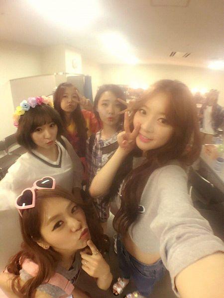 Tags: K-Pop, Minx, Dreamcatcher, Lee Siyeon, Jiu, SuA, Dami, Kim Yoohyeon, V Gesture, Glasses On Head, Light Background, Checkered Dress