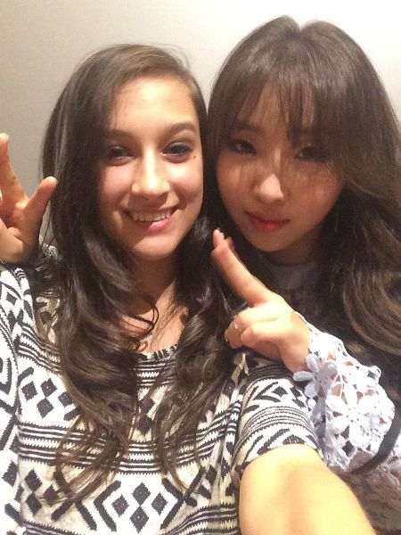 Tags: K-Pop, 2NE1, Minzy, Two Girls, Duo, Bangs, V Gesture, Blunt Bangs, Selca