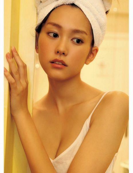 Tags: Dorama, Mirei Kiritani, Light Background, Towel, White Background, Bare Shoulders, Looking Away, Cleavage, Sleeveless, Sleeveless Shirt, Hair Up, Suggestive