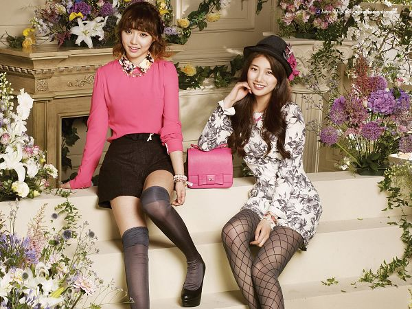 Tags: JYP Entertainment, K-Pop, Miss A, Min, Bae Suzy, Duo, Black Headwear, Pink Shirt, Floral Print, Sitting On Couch, Bag, Couch