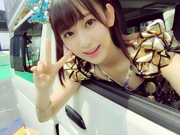 Tags: J-Pop, IZ*ONE, HKT48, Miyawaki Sakura, Bracelet, In Car, Yellow Dress, Car, Medium Hair, Yellow Outfit, V Gesture